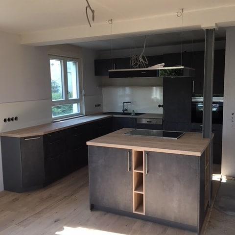 Küche Graphit mit Holzarbeitsplatte und Kochinsel - Küchen Raab Stuttgart Referenzen 3
