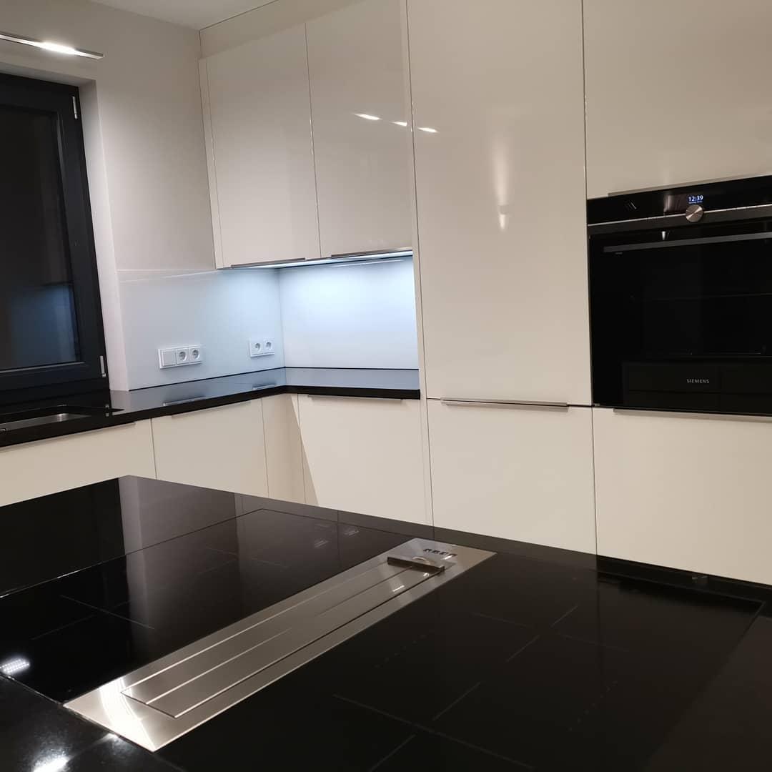 Küche mit Häcker Lackfront und Naturstein - Küchen Raab Stuttgart Referenzen 8