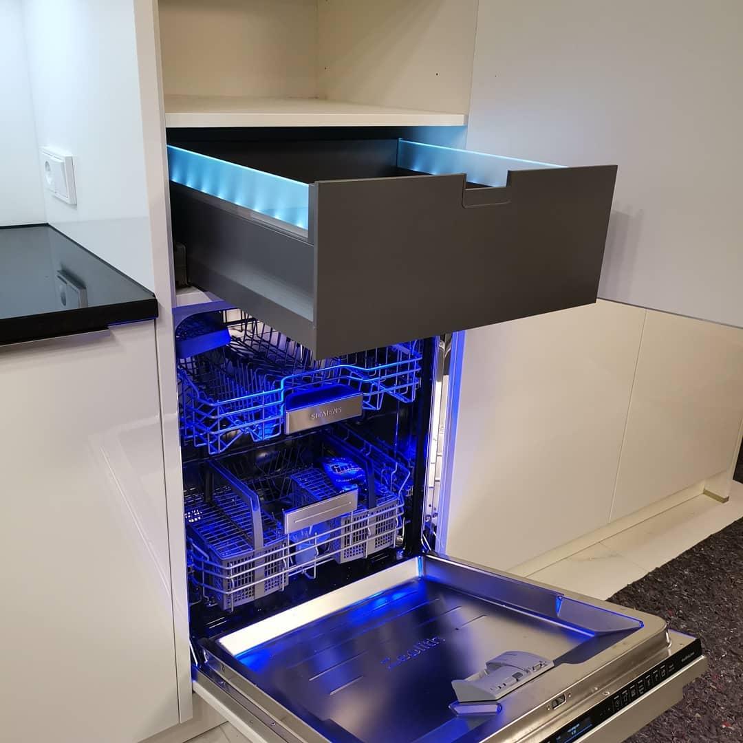 Küche mit Häcker Lackfront mit LED Auszügen und Naturstein - Küchen Raab Stuttgart Referenzen 9