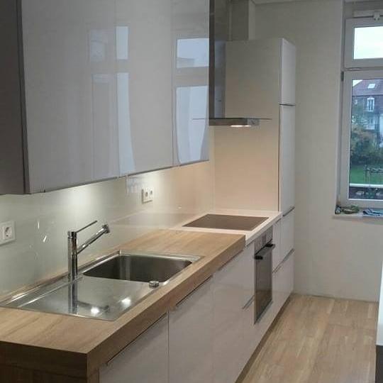 Quarzstein Küche weiss mit Holzelement - Küchenstudio Raab Stuttgart Referenzen 2