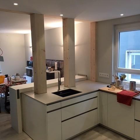 Moderne Küche mit flächenbündiger Spüle - Küchenstudio Raab Stuttgart Referenzen