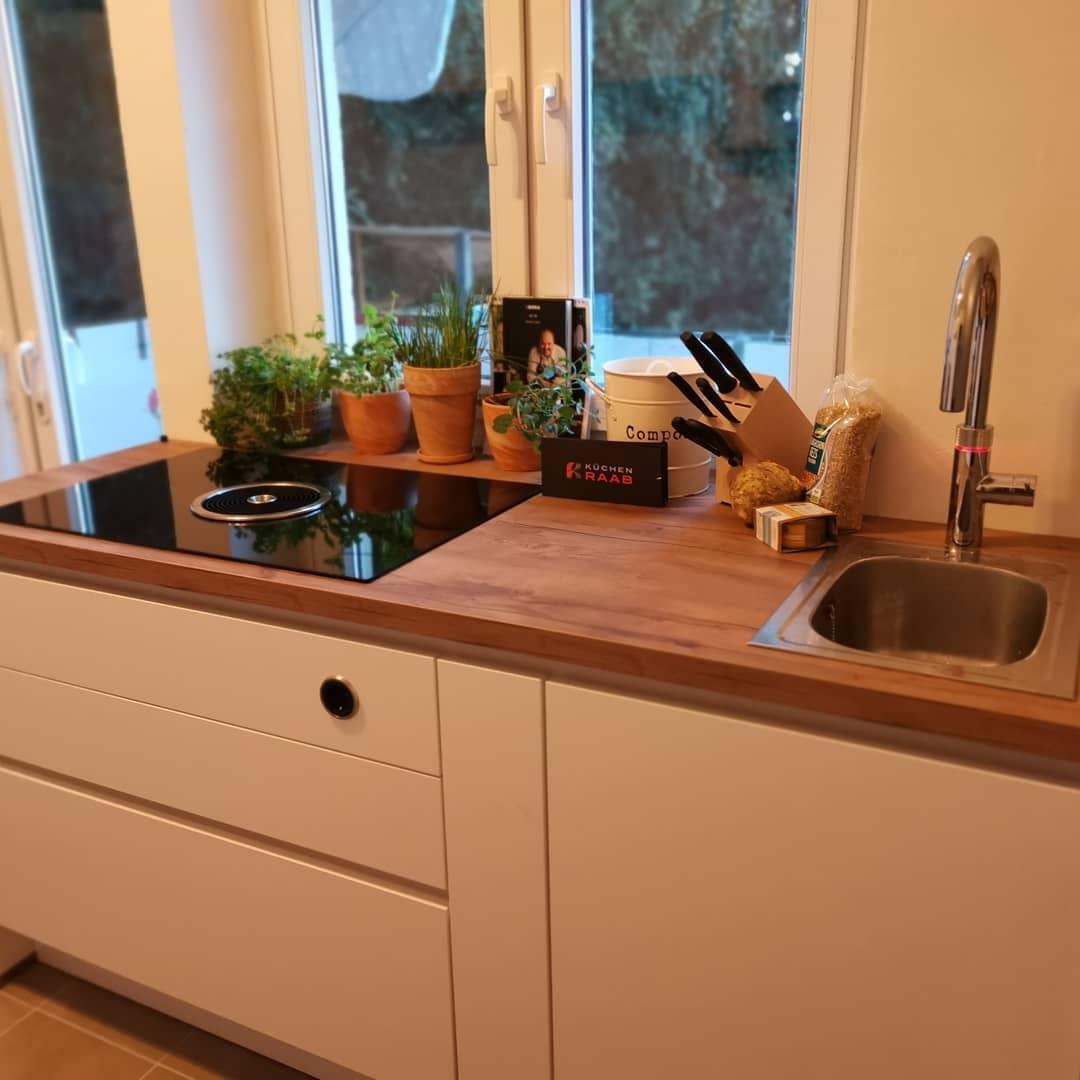 Altbau Küche weiss Bora Kochfeld Quooker Kochwasserhahn - Küchenstudio Raab Stuttgart Referenzen 1