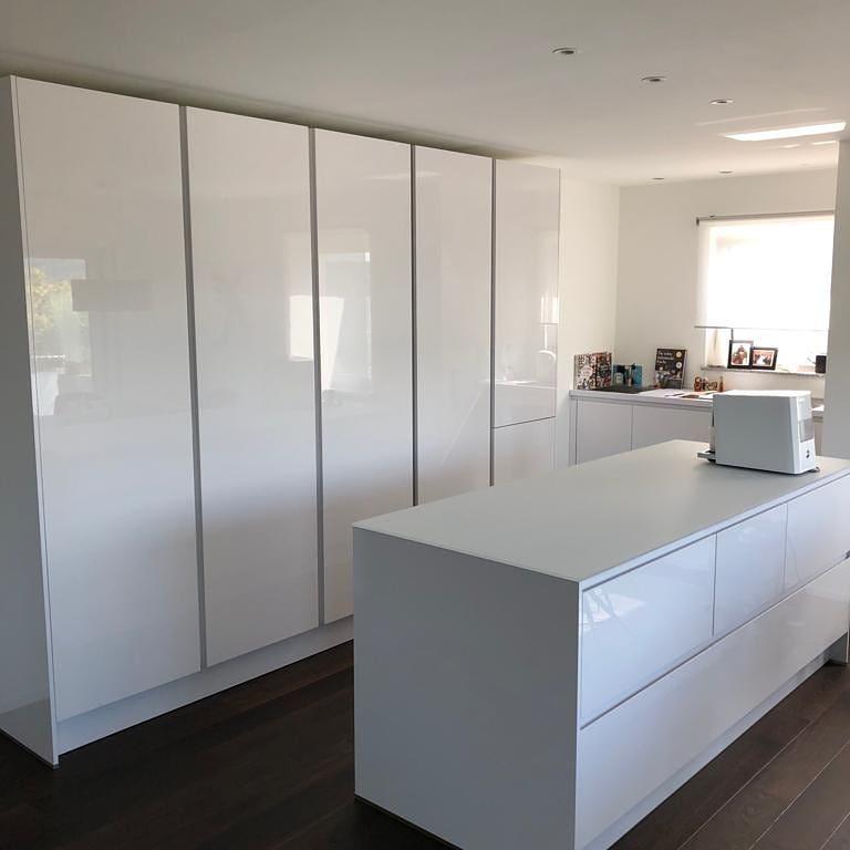 Küche weiß mit Glasarbeitsplatte und Hochschrank Küchenstudio Raab Stuttgart Referenzen Juli 2019